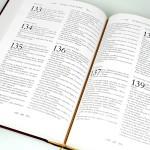 biblia z grawerem na prezent komunijny