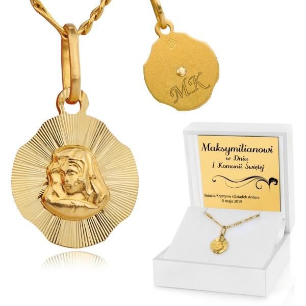 złoty medalik z matką boską w pudełku z grawerem na prezent na komunię dla chłopca