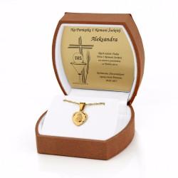 złoty komplet biżuterii w brązowym etui z grawerem dedykacji na prezent na komunie