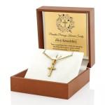 złoty krzyżyk w pudełku brązowym z grawerem